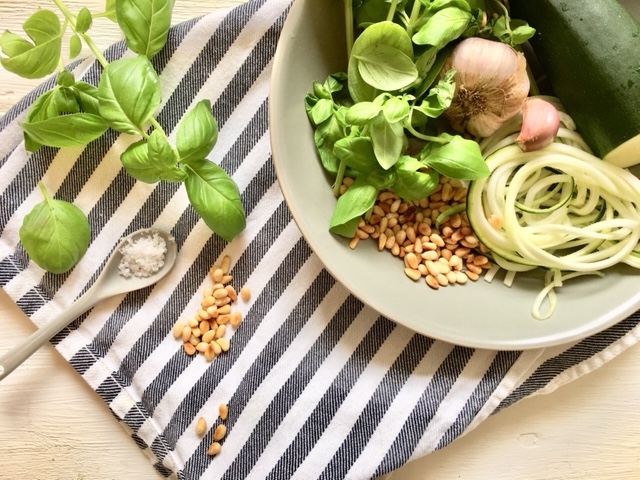 Zoodles: Gemüsespaghetti mit Basilikum-Pesto