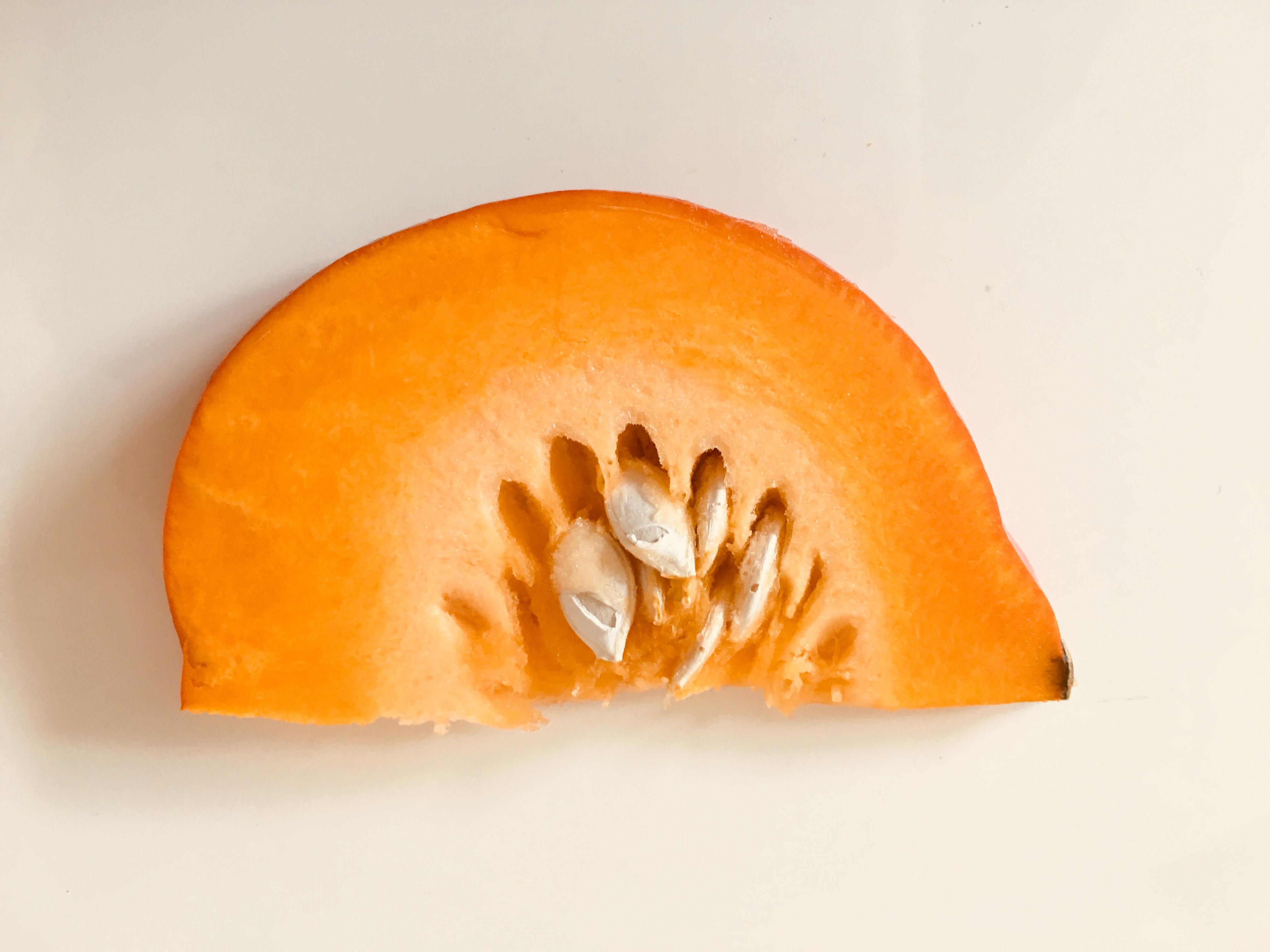 Herbstliche Kürbissuppe mit Chili: aufgeschnittener Kürbis