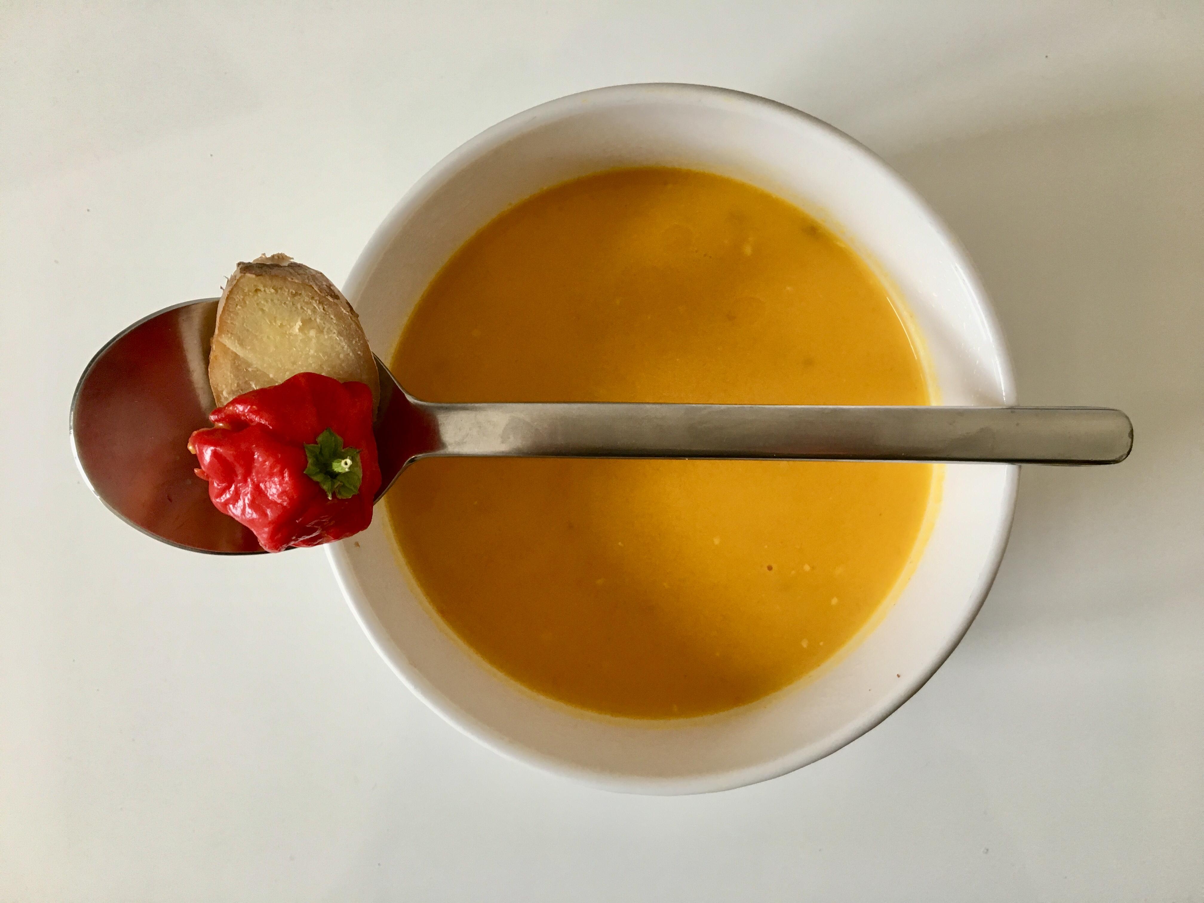 Herbstliche Kürbissuppe mit Chili