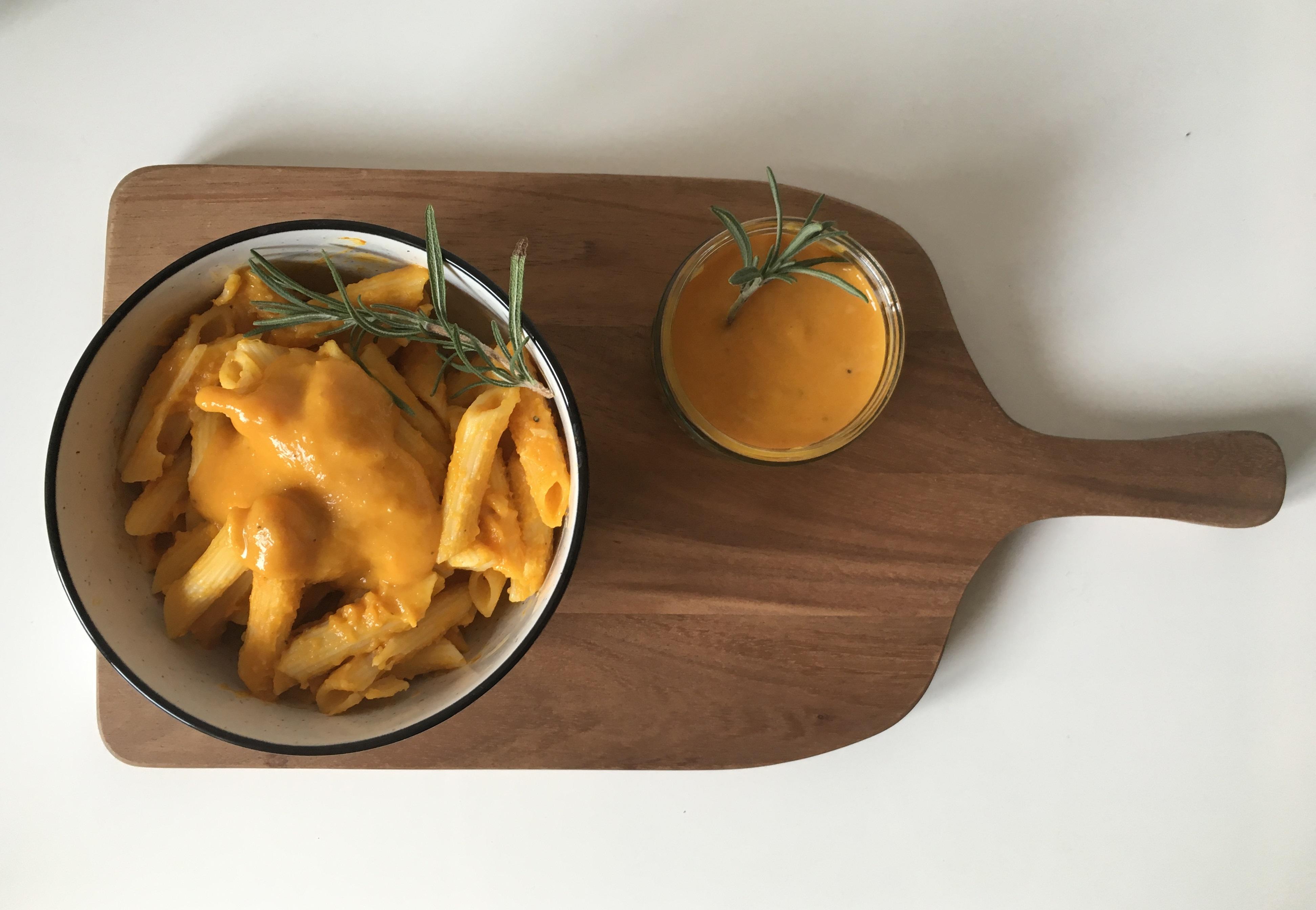 Avocadocreme auf Ofensüßkartoffel mit Granatapfel